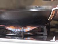 解凍したピザをフライパンで(中火)約3分